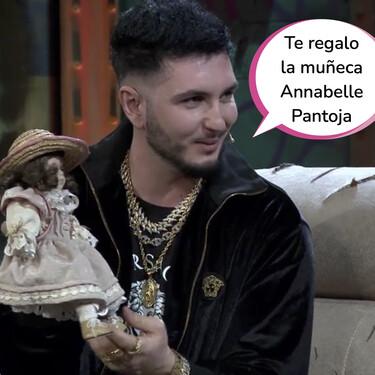 Omar Montes se camela a David Broncano en 'La Resistencia' regalándole esta muñeca que robó de Cantora