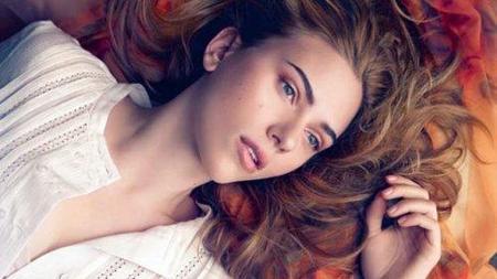 Scarlett Johansson repite para Mango posando sexy y sensual en 'Summer Light'