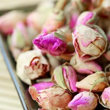 Aprovecha tus rosas secas y vuélvelas un té saludable para disminuir la ansiedad