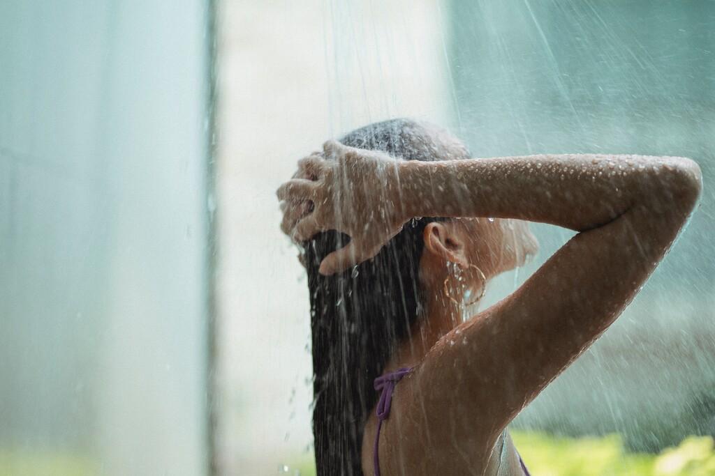 Una ducha antes de irte a la cama para dormir sin calor: ¿agua fría o caliente?