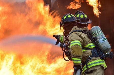 Apagar incendios de coches eléctricos, según los bomberos: autocombustión, el doble de agua y temperaturas disparadas