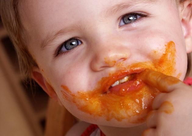 el bebé juega con la comida