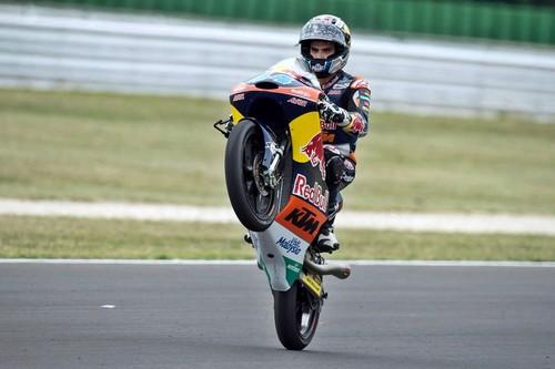 Miguel Oliveira vence en una carrera de Moto3 con un final muy loco