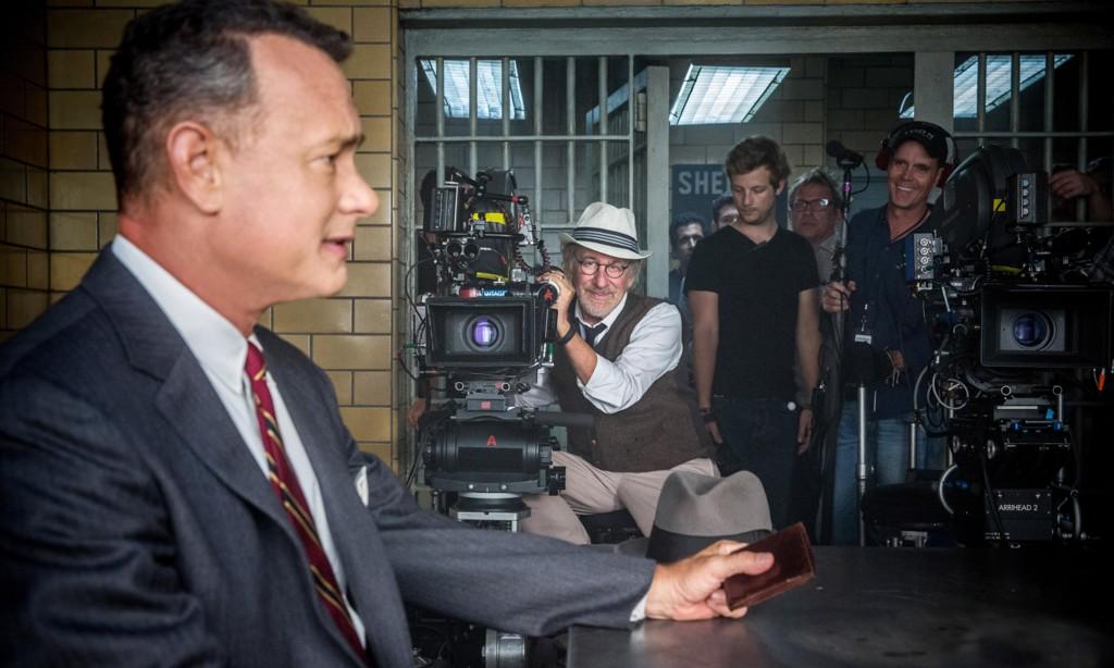 Steven Spielberg observa a Tom Hanks