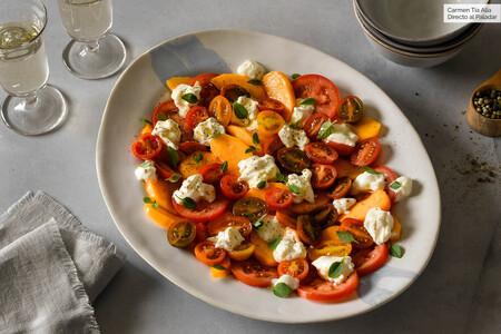 ensalada de tomate, melocotón y burrata con aliño picante