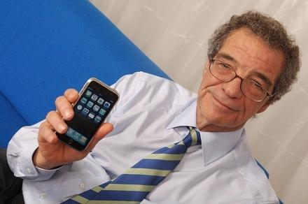 El presidente de Telefónica con un iPhone