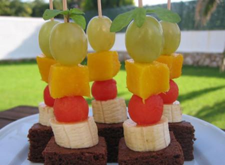 Brochetitas de fruta y pastelito