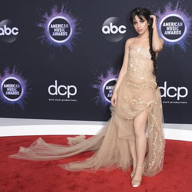 Camila Cabello escoge un vestido de estilo lencero con cuerpo y escote en forma de corsé que no termina de convencer en los Premios AMA's 2019