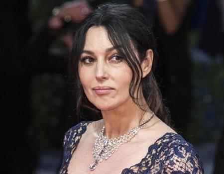 Monica Bellucci, radiante de encaje en la premiere de 'On the Milky Road' en Venecia