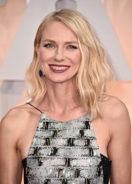 La perfección lleva un nombre: Naomi Watts. Y así nos lo muestra en la alfombra roja de los Oscar 2015