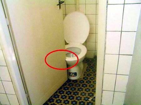 Tener que serrar una puerta para que no tropiece con el urinario.