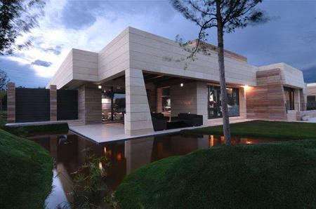 Vivienda de lujo de A-Cero Arquitectos: exterior e interior dispares