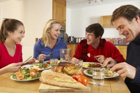 Comer en familia protege contra la obesidad y el sobrepeso