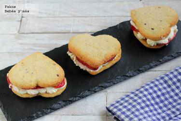 Galletas con corazón de fresas con nata para San Valentín. Receta