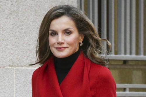 El look más navideño de Letizia Ortiz, un total look rojo que parece inspirado en Papá Noel