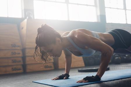 El entrenamiento de fuerza te hace vivir más (y las flexiones en casa sirven igual que ir al gimnasio)