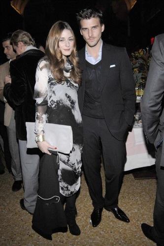 Olivia Palermo apuesta por un vestido gris y negro para esta Navidad, con prendas de Zara I