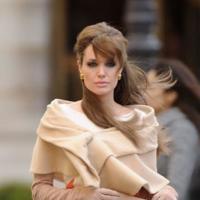 El look más aristocrático de Angelina Jolie