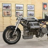 Gente con tiempo libre nivel: crear una moto partiendo del motor V6 de un coche Maserati