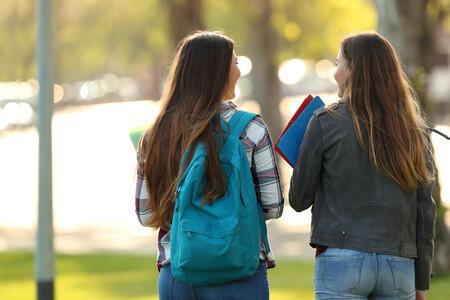 Estudiantes hablando espaldas