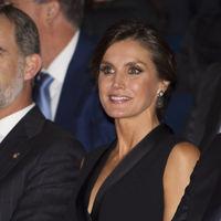 Doña Letizia luce un estiloso mono esmoquin y consigue un perfecto look de noche