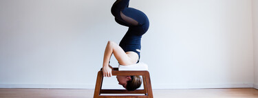 Así te ayuda una silla de inversión de Yoga a practicar las posturas cabeza abajo (y cinco opciones para hacerte con una)