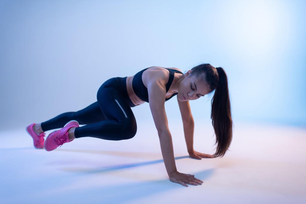 Cómo hacer planchas spiderman paso a paso para entrenar nuestro core en cualquier sitio