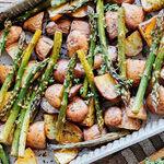 Espárragos con papas horneadas al balsámico. Receta vegetariana fácil
