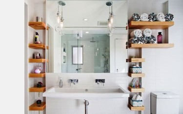 Saca partido a un baño pequeño colocando estantes multiusos en espacios muy reducidos