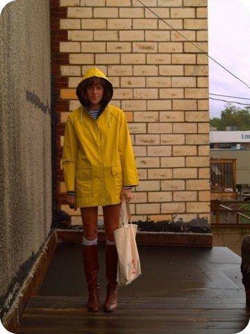 Look calle lluvia, chubasquero amarillo