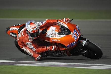 Casey Stoner consigue toserle a Valentino en la última cita de pretemporada en Qatar