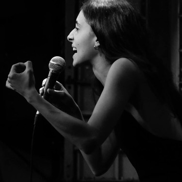 Del machismo puede salir algo bueno: esta poeta ha elaborado el poema feminista más viral con fragmentos de canciones machistas