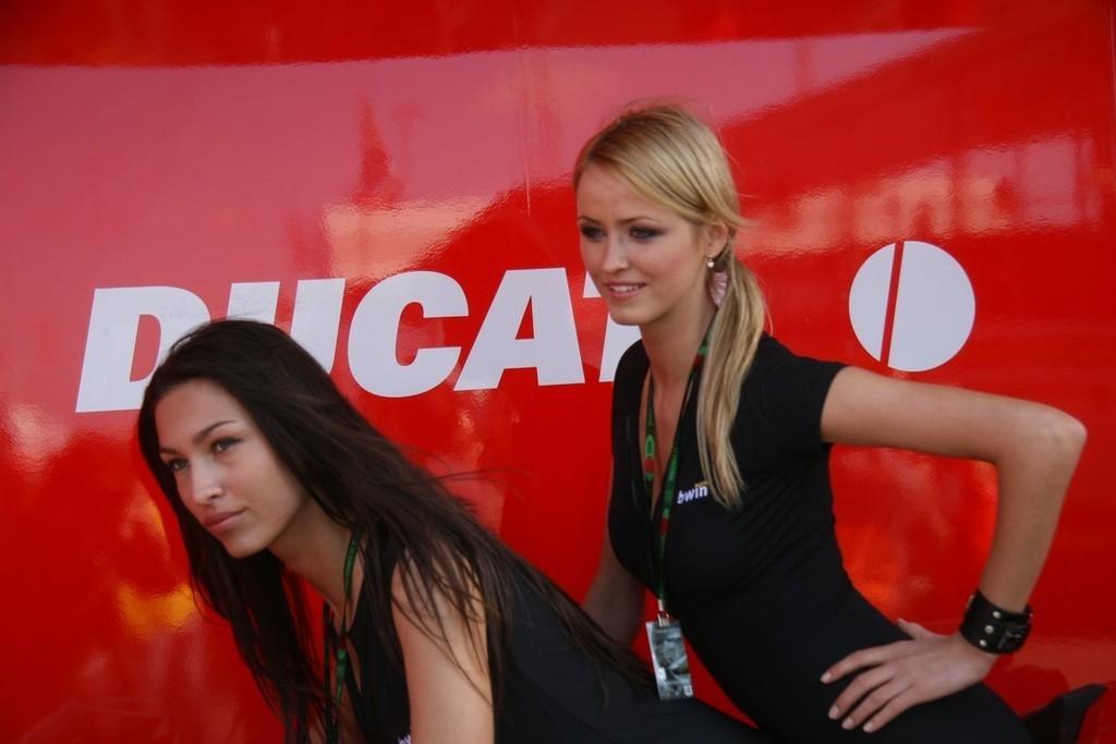 Foto de Las pit babes de Estoril en una Ducati 1098 (33/35)