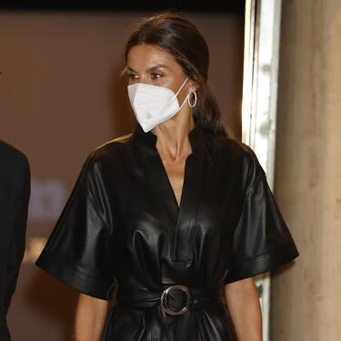 La reina Letizia arriesga con un vestido de cuero negro y acierta de lleno