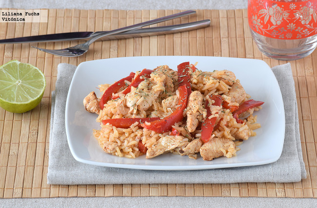Salteado de pollo, pimiento y arroz con almendras. Receta saludable