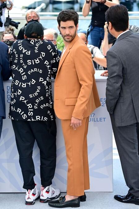 Tahar Rahim El Ejemplo Perfecto De Como Agregar Color A Un Look Formal Inspirandonos En Su Paso Por Cannes 3