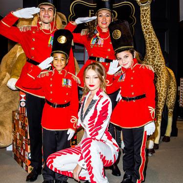 De modelo a diseñadora: Gigi Hadid se encarga del nuevo uniforme de la mítica tienda de juguetes FAO Schwarz