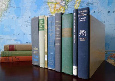 Almacenaje oculto tras lomos de libros