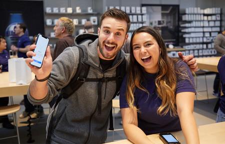 Iphone X Launch Paloalto Man And Apple Team Member 20171102