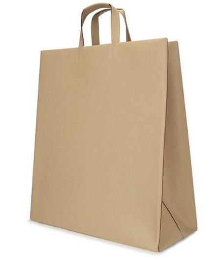 El nuevo bolso de lujo de Loewe está inspirado en las bolsas de papel