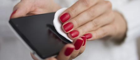 Cómo limpiar un móvil: qué usar y qué evitar