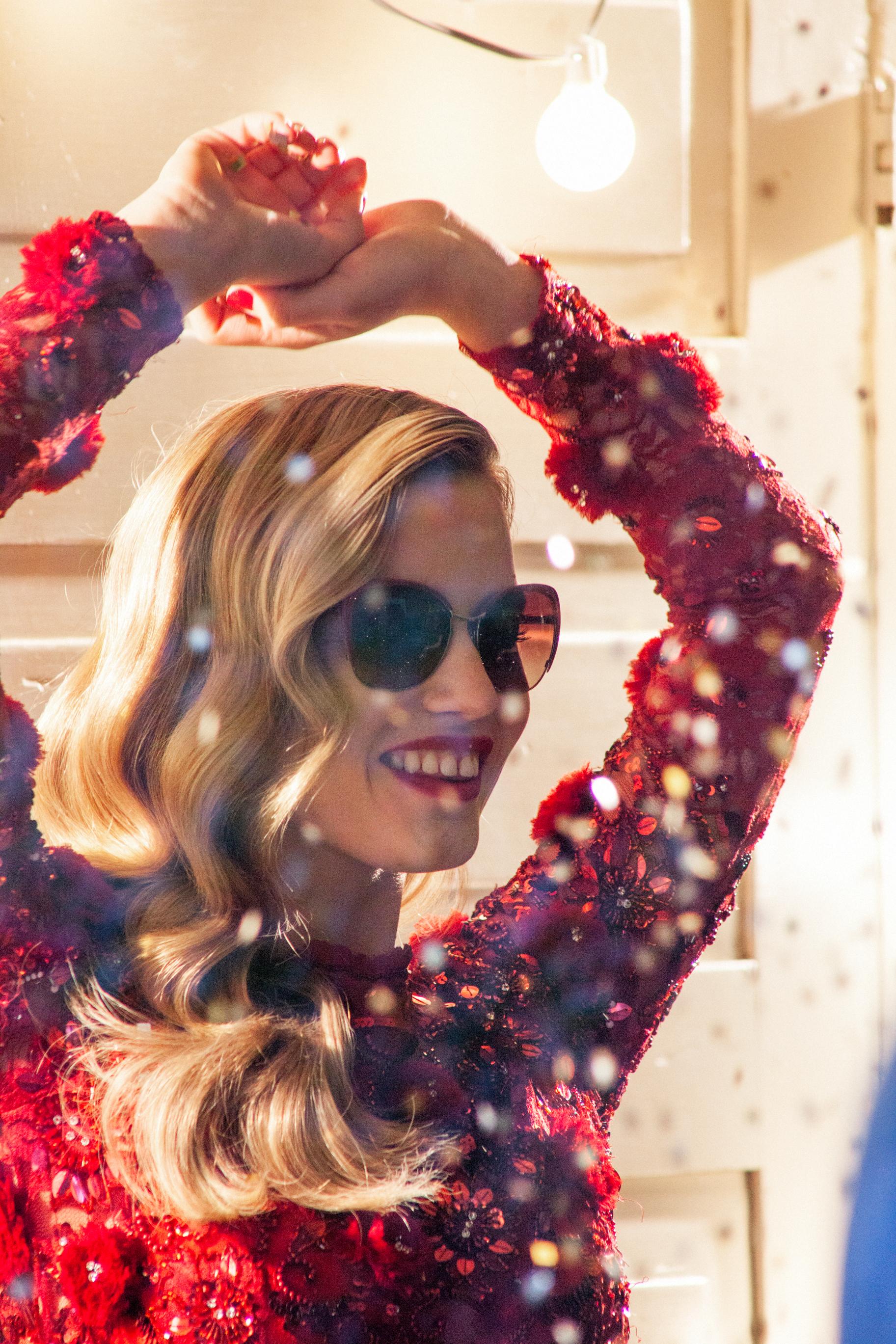 Foto de Georgia May Jagger, una Mamá Noel muy sexy en la campaña Sun Glasses Hut (30/30)