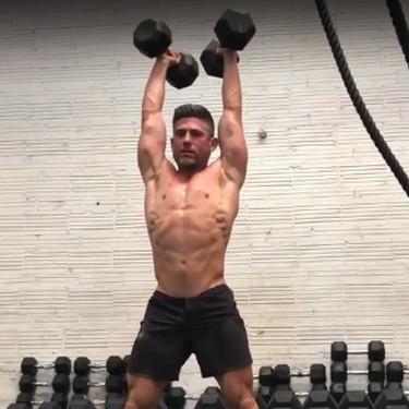 Cómo ejecutar el devil press de CrossFit correctamente: un ejercicio para trabajar todo tu cuerpo solo con un par de mancuernas