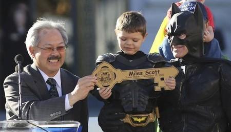 Bat Kid con la llave de Gotham