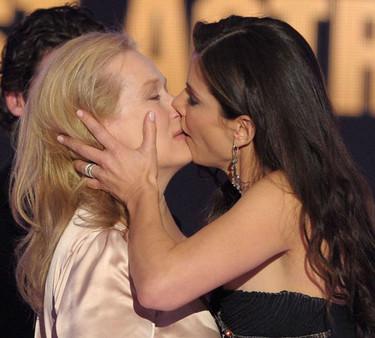 Meryl Streep y Sandra Bullock se pegan un buen morreo