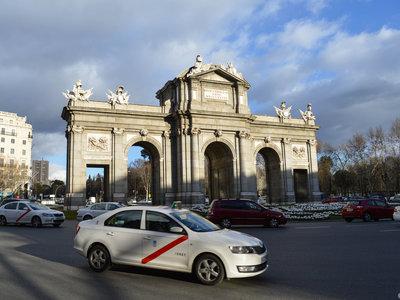 """Los taxistas reclaman """"compensaciones"""" al Gobierno como respuesta a apps como Uber o Cabify"""
