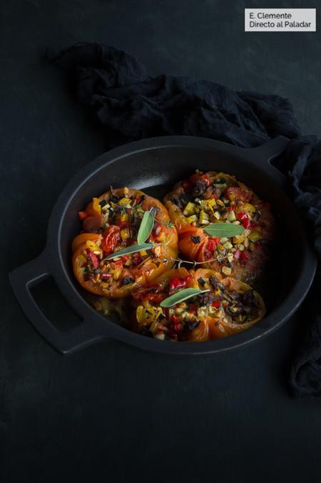 Tomates rellenos de verduras asadas y piñones