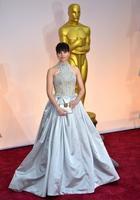 Felicity Jones apuesta por el flequillo en la alfombra roja de los Oscar 2015