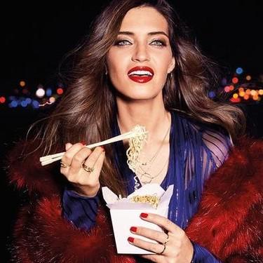 Sara Carbonero presenta el labial Infalible 24 de L'Oréal, un 2 en 1 para todas las ocasiones