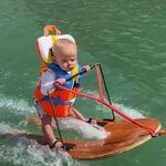 Un bebé de apenas seis meses practica esquí acuático, y a los padres les llueven las críticas